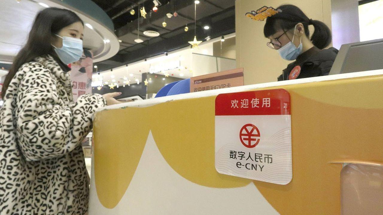 Un consommateur à Suzhou, le 12décembre 2020, lors d'un test de monnaie numérique en grandeur réelle. Environ 1million de personnes ont participé à l'expérience.