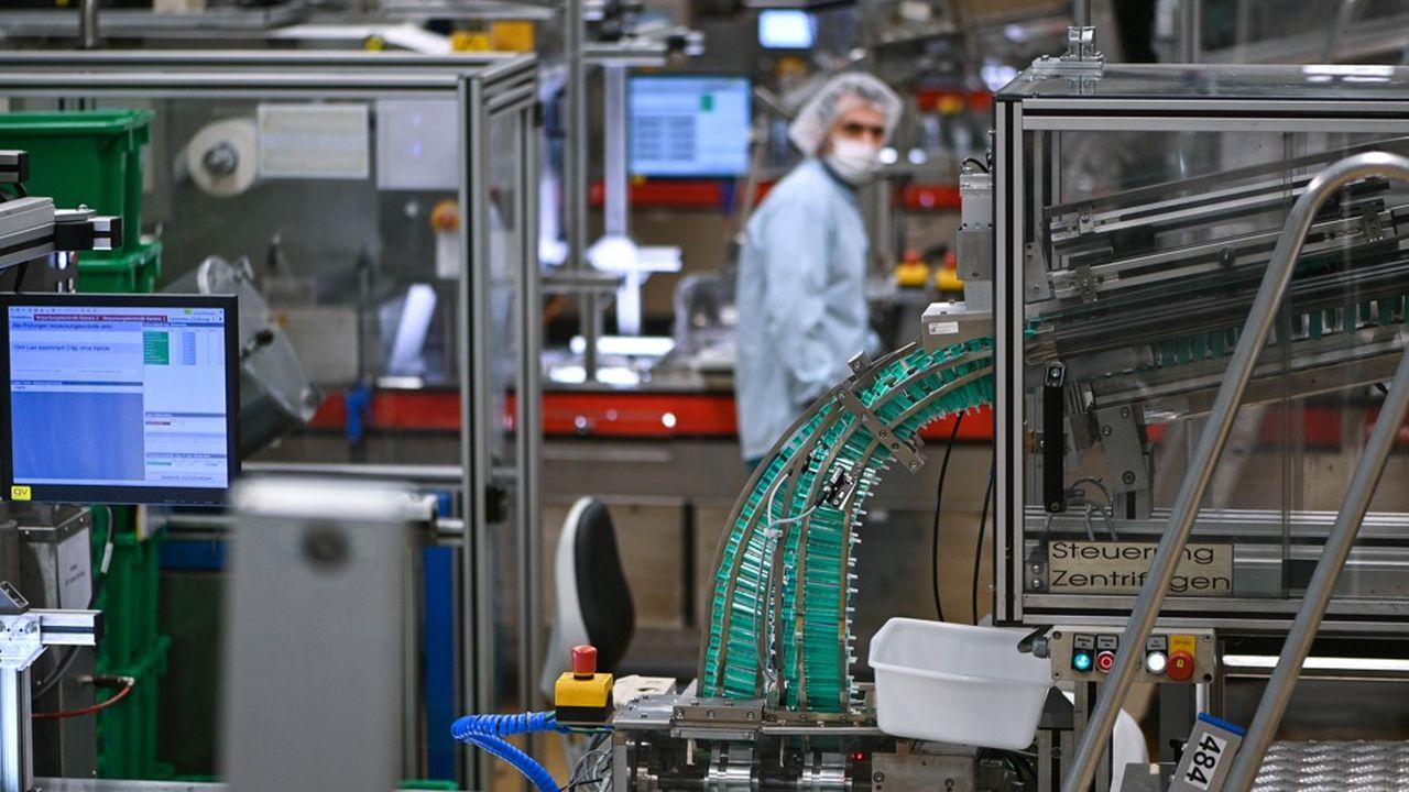 Accord avec des sous-traitants, ouverture de nouvelles lignes de production, approvisionnement, recrutement de personnel qualifié… produire un vaccin en quantité industrielle prend du temps.