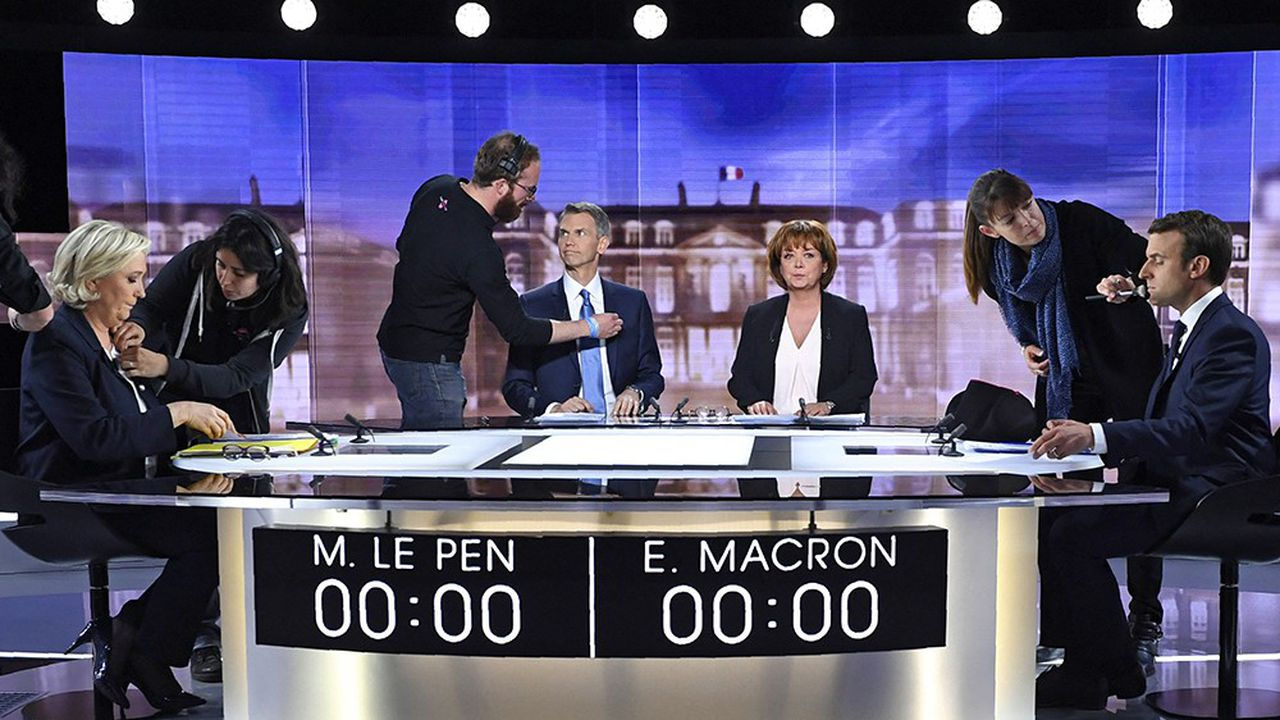 Ultimes préparatifs en plateau, le 3 mai 2017, avant le débat qui s'apprête à opposer les deux finalistes de l'élection présidentielle, Emmanuel Macron et Marine Le Pen, sous l'arbitrage des journalistes Christophe Jakubyszyn et Nathalie Saint-Cricq.