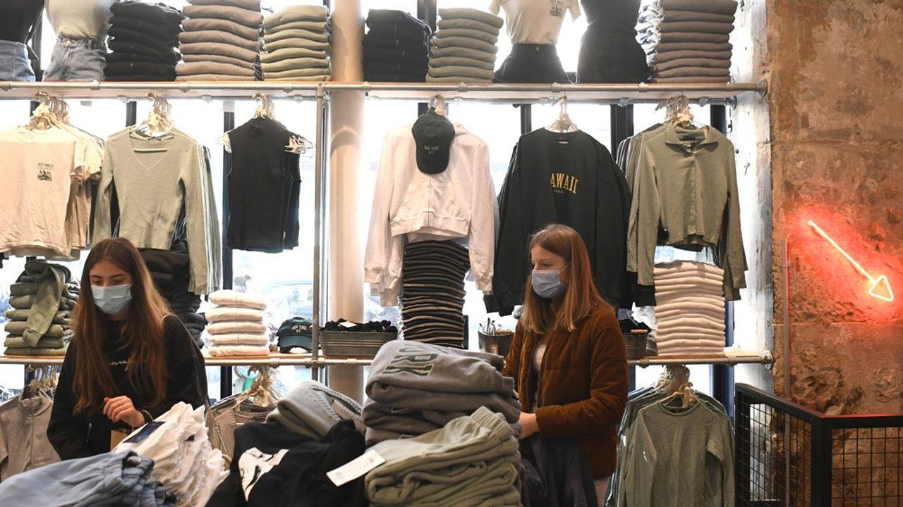 La réouverture des magasins et l'amélioration de la situation sanitaire ont fait grimper le moral des Français en fin d'année dernière.
