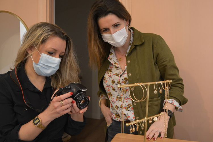 Carole Leblanc accompagne Marie-Sophie, propriétaire de la boutique Les Sélectionneuses à Puteaux. L'étudiante en photographie lui fournit bénévolement des photos professionnelles de ses produits pour pouvoir ensuite les publier sur son site.
