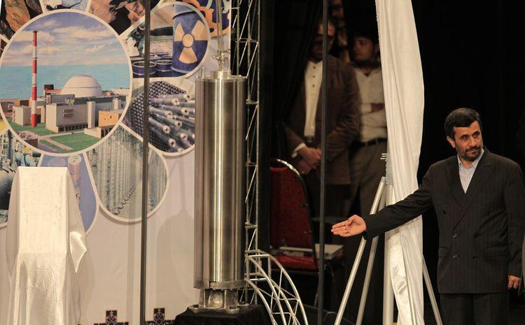 L'ancien président iranien Mahmoud Ahmadinejad présentant une nouvelle génération de centrifugeuses d'enrichissement nucléaire en 2010.