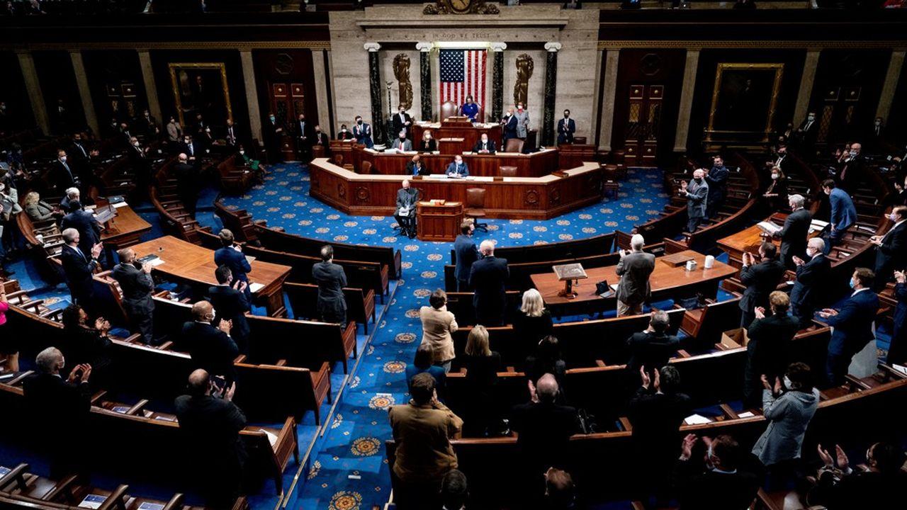 Des démocrates et des républicains applaudissent le retour à l'ordre au Congrès, dans la nuit de mercredi à jeudi.