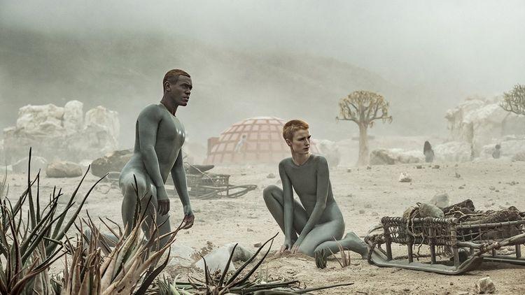 Les androïdes Père (Abubakar Salim) et Mère (Amanda Collin) dans « Raised by Wolves ».