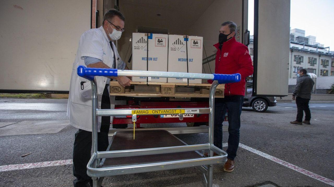 Les premiers vaccins Pfizer-BioNTech contre le Covid-19 sont arrivés dans des congélateurs en Europe fin décembre, comme ici à Leuven, en Belgique.