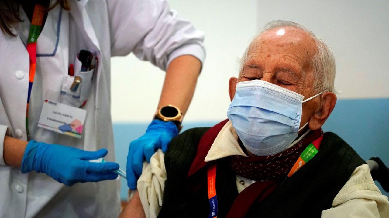 Jose de Pablo, 96 ans, reçoit une dose du vaccin anti Covid dans sa maison de retraite en Espagne.