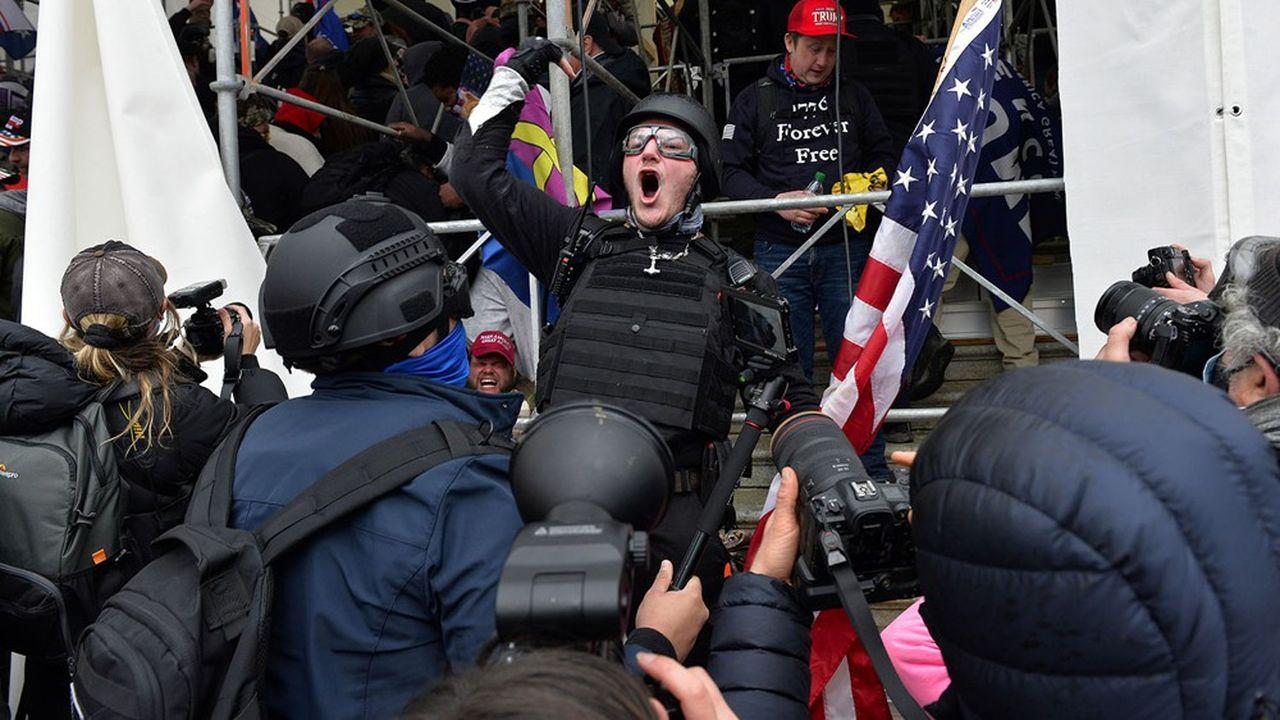Des manifestants autour du Capitole à Washington le 6janvier 2021.