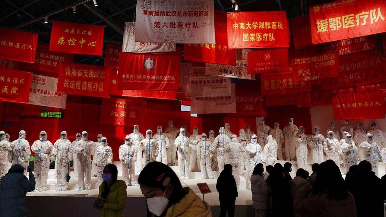 Une exposition sur la lutte contre le coronavirus à Wuhan.