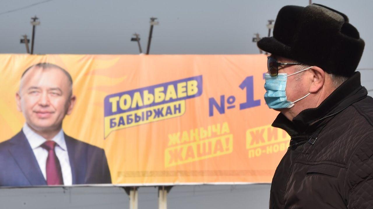 Le poster en faveur de Babyrjan Tolbayev, candidat à la présidentielle de dimanche au Kirghizstan, fait partie des rares à avoir concurrencé sur les panneaux d'affichages de la capitale ceux, omniprésents, du richissime Sadyr Japarov, finalement élu.