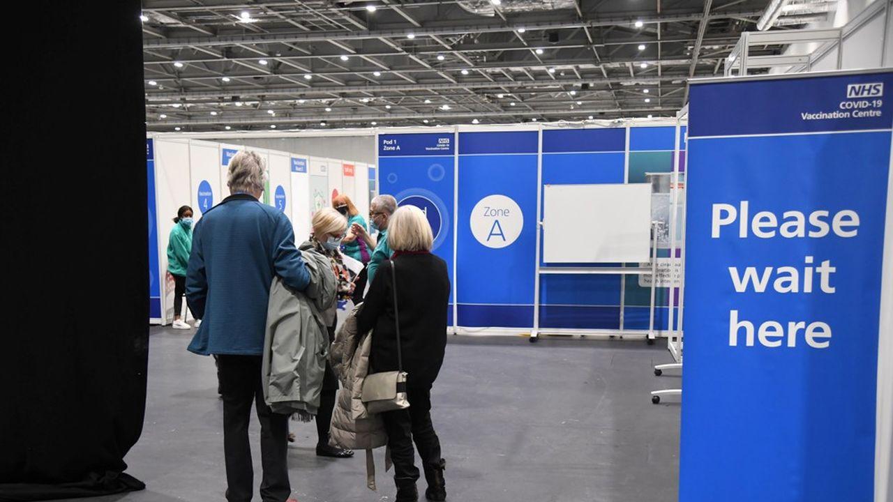 Les patients font la queue pour se faire vacciner par le NHS, lundi, à l'Excel Centre de Londres.