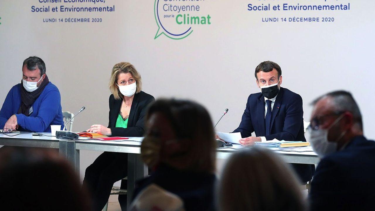 Emmanuel Macron et la ministre de la Transition écologique, Barbara Pompili, lors d'une rencontre avec les citoyens de la Convention pour le climat le 14décembre 2020.