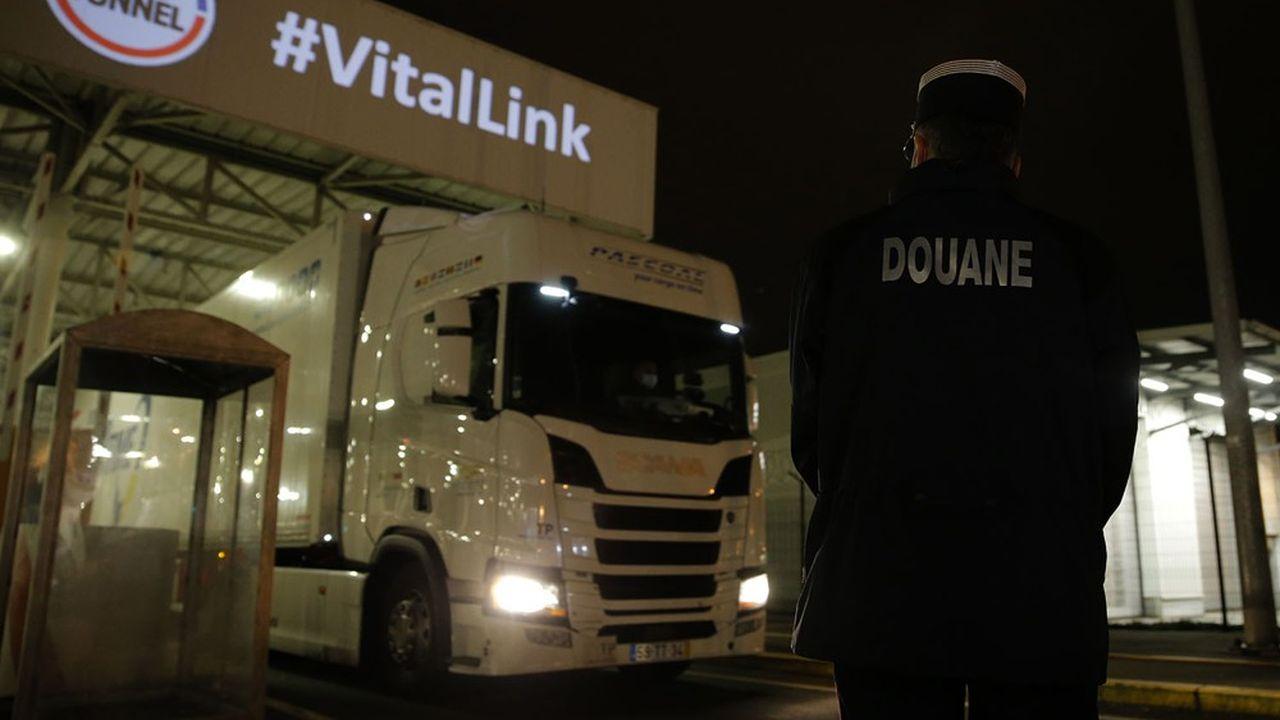Un des premiers camions débarquant au terminal Eurotunnel en provenance de Grande-Bretagne dans la nuit du 31décembre au 1erjanvier, dans le nouveau cadre réglementaire et douanier.