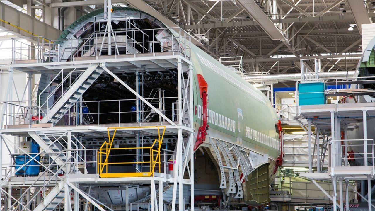Un avion en construction dans une usine Airbus.