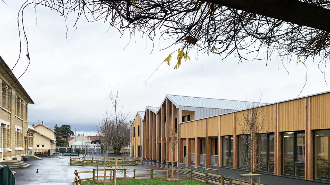 Le nouveau bâtiment en bois de l'école Pasteur, à Sannois, accueille un centre de loisirs et un préau, et a permis d'agrandir l'espace de restauration.