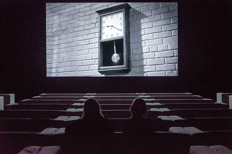 « The Clock », installation de Christian Marclay présentée à la Tate Modern de Londres en septembre 2018. Ce montage de milliers d'images cinématographiques forme une fabuleuse histoire du cinéma.