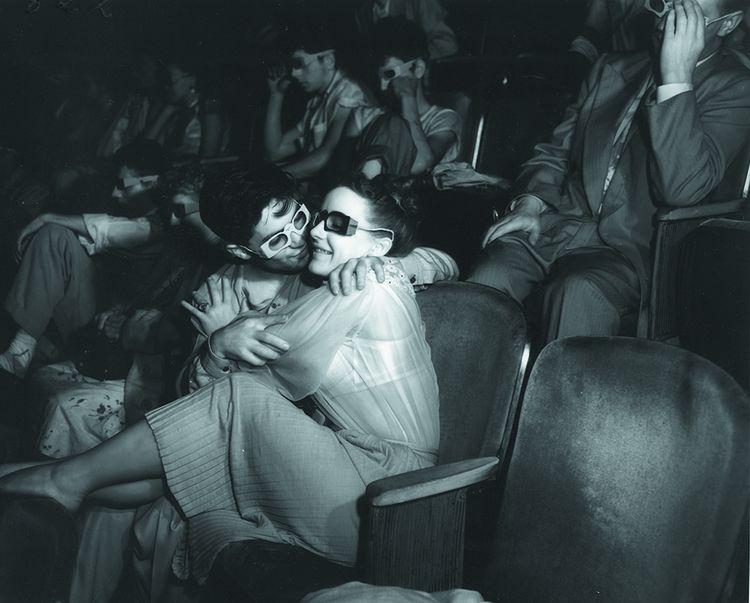 En 1943, le photographe Weegee (1899-1968) équipe son appareil d'un film infrarouge qui lui permet d'immortaliser les spectateurs dans l'obscurité de la salle.