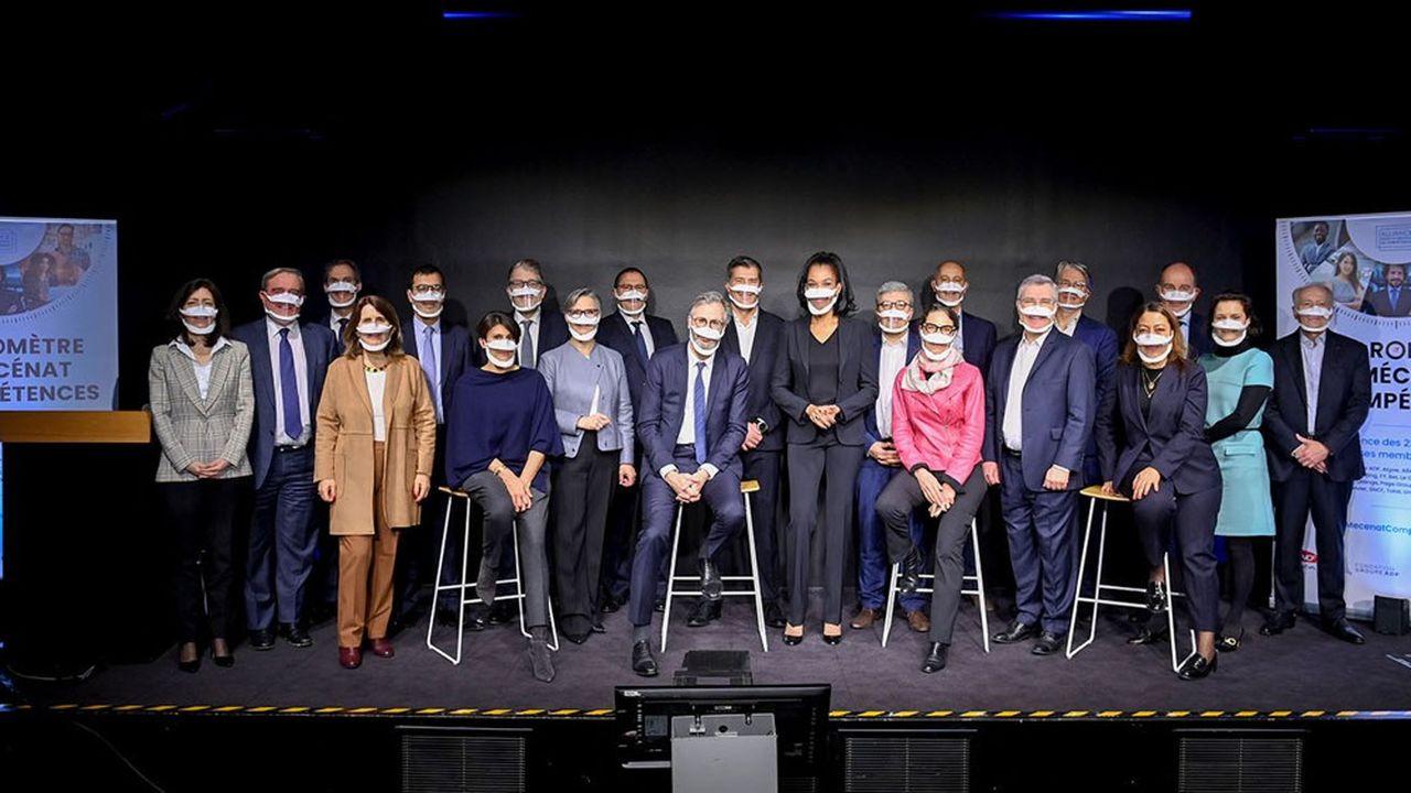 La présidente (3e à gauche) et les dirigeants des entreprises membres de l'Alliance pour le mécénat de compétences.