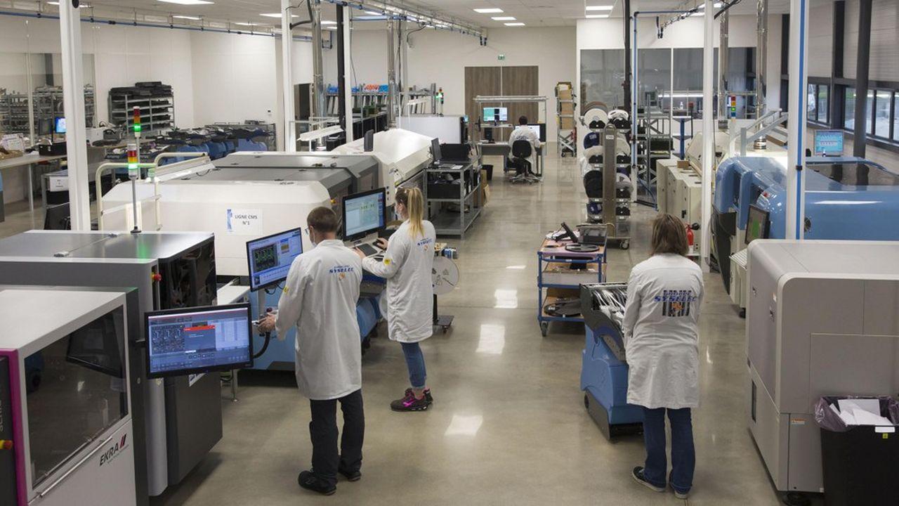 Bien isolée et recouverte d'une centrale photovoltaïque de 100kilowatts, la nouvelle usine maintient une température constante, ce qui améliore la précision de la pose des composants.