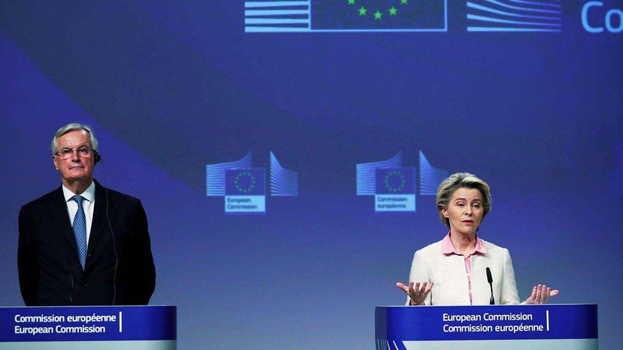 La présidente la Commission européenne Ursula von der Leyen et Michel Barnier, négociateur en chef du Brexit pour l'Union euroépenne, le 24 décembre 2020, à Bruxelles.