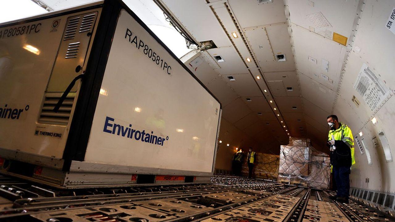 Un conteneur pharmaceutique avec des doses de vaccins chargé dans les soutes d'un avion d'Air France.