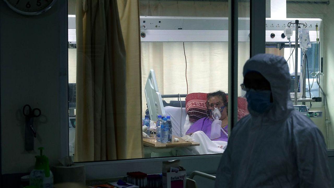 L'hôpital Rafic Hariri de Beyrouth dispose de 75 lits conventionnels et de 43 lits de réanimation, ce qui le place en tête des établissements du pays pour la capacité d'accueil dans un paysage médical sinistré.
