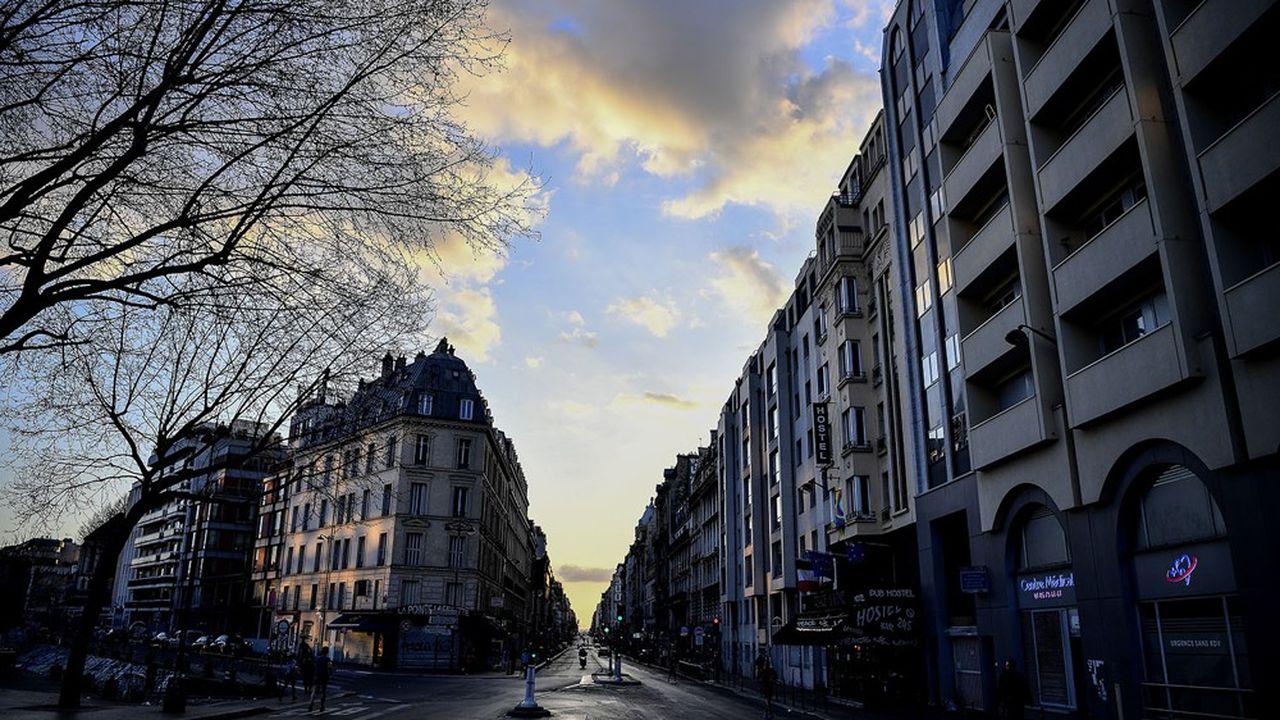 Une rue de Paris, déserte, pendant le confinement en mars dernier.