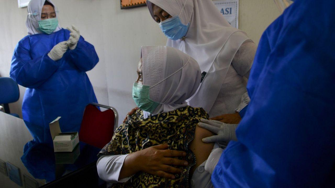 Le 18janvier une infirmière réalise une injection du vaccin chinois Sinovac anti-Covid-19 dans un centre médical de Lambaro dans la province d'Aceh. L'Indonésie s'est lancée dans une campagne de vaccination massive.