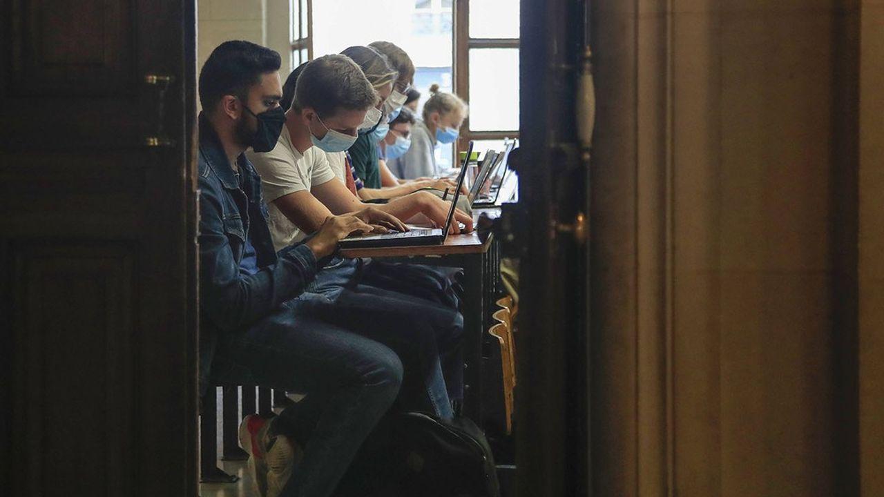 Les deux tiers des étudiants de grandes écoles sont d'origine sociale très favorisée.