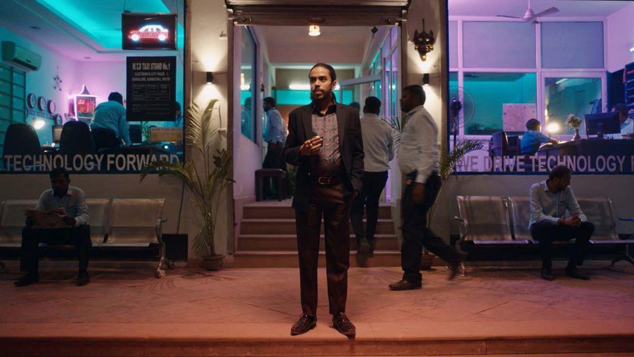Pour échapper à son destin, Balram (Adarsh Gourav) se fait embaucher comme chauffeur dans la famille de mafieux qui rackette son village.