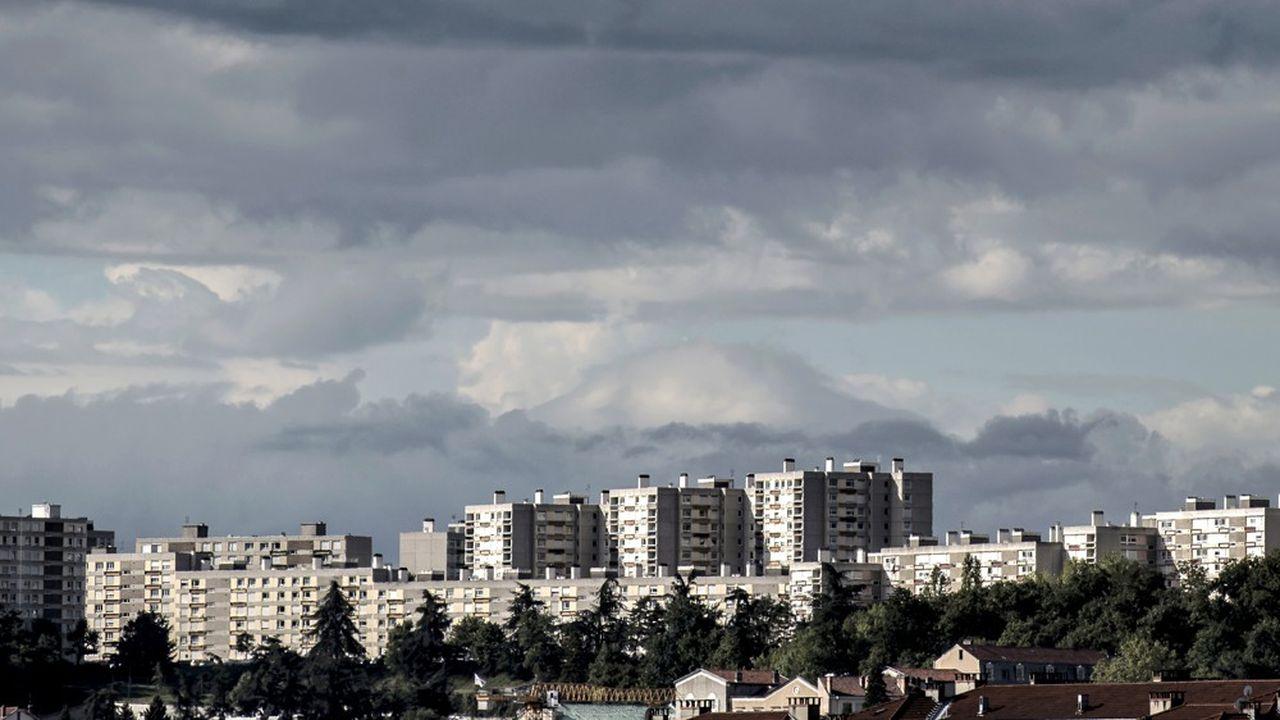 Oullins est avec, Saint-Didier-au-Mont-d'Or, Saint-Genis-Laval, Saint-Genis-lès-Ollières, Sainte-Foy-lès-Lyon, Charly, Corbas, Fontaines-sur-Saône, Marcy-l'Etoile, Meyzieu, et Mions l'une de villes mises à l'amende faute de respecter les quotas de la loi SRU