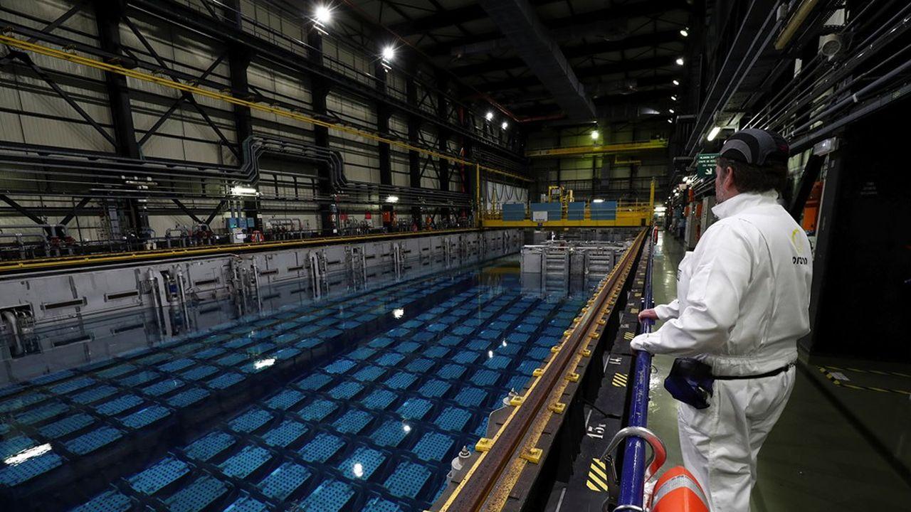 Traditionnellement, EDF entrepose les assemblages de combustible déchargés de ses réacteurs nucléaires dans des piscines de refroidissement, dans ses centrales, puis dans celles d'Orano, sur le site de la Hague (Manche).
