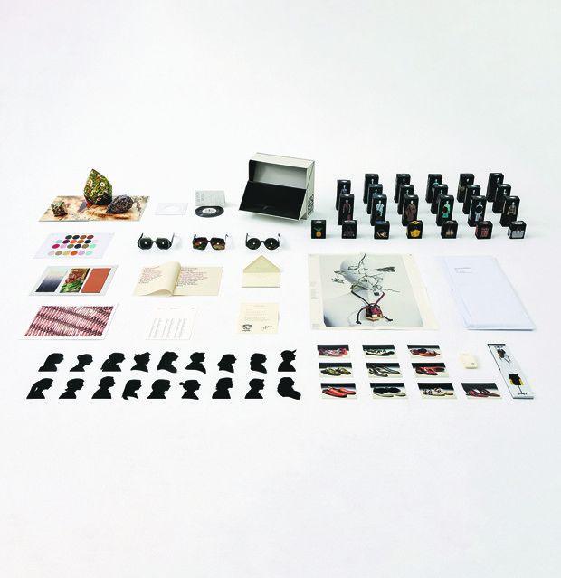 Inspiré par la fameuse Boîte-en-valise de Duchamp, M/M(Paris) a créé la Loewe Show-In-A-Box (2020), défilé printemps-été 2021 en kit livré dans une luxueuse boîte en carton, avec mannequins miniatures et même bande-son