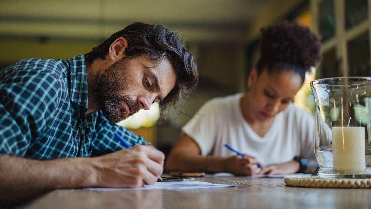 Certaines entreprises demandent aux candidats d'écrire des lettres manuscrites, parfois en vue de faire appel à un graphologue.