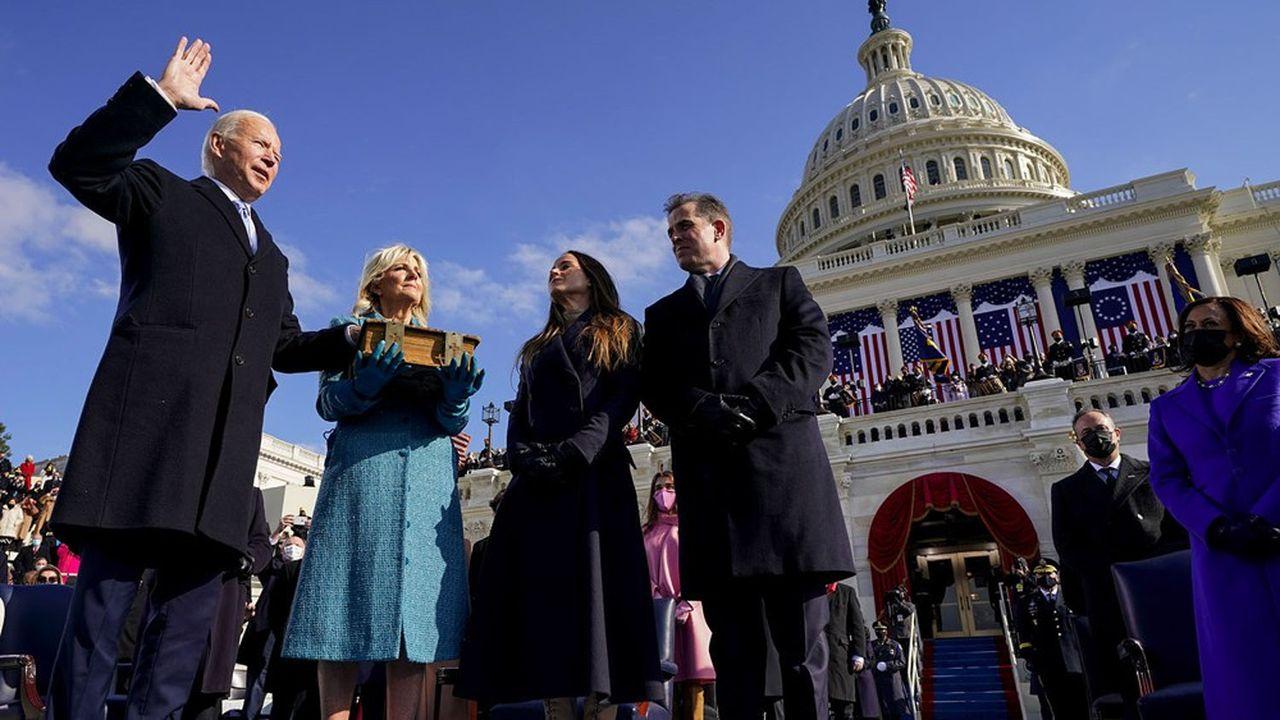Joe Biden (à gauche) prête serment devant le président de la Cour suprême des Etats-Unis, John Robert, lors de la cérémonie d'investiture, le 20 janvier dernier, sur les marches du Capitol à Washington.