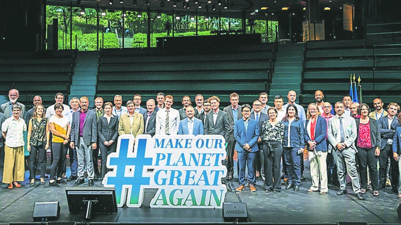 La cinquantaine de lauréats lors du lancement le 1eroctobre 2019 du programme franco-allemand «Make Our Planet Great Again »(Mopga) au Musée du Quai Branly-Jacques Chirac.