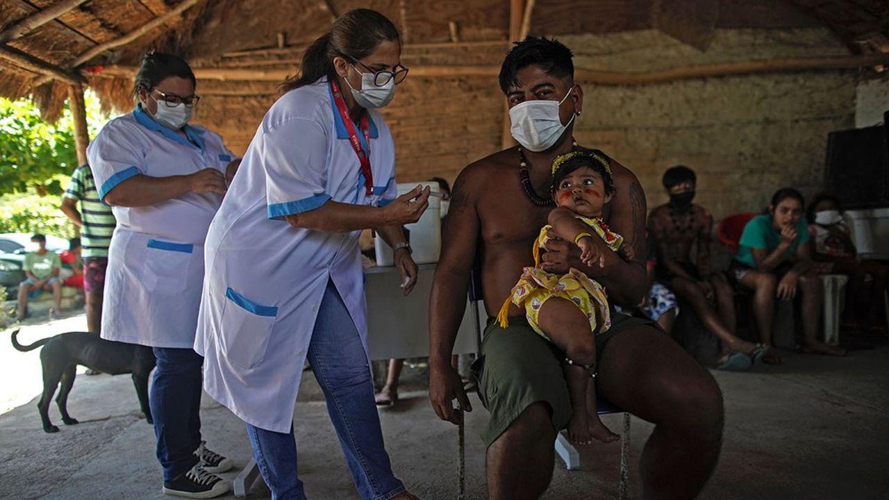 Une étude de la Chambre de commerce internationale (ICC) montre que les économies avancées auraient à subir des coûts allant jusqu'à 4.500milliards de dollars si les pays les moins avancés n'ont pas accès aux vaccins. Ici, un Indien Guarani se fait vacciner au Brésil
