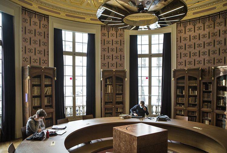 La rotonde de la bibliothèque de l'Ecole nationale des chartes, où sont conservés, sous clefs, les livres précieux.