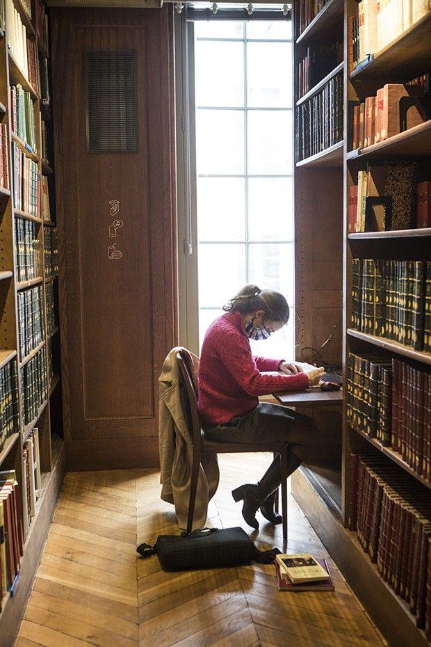 Une étudiante au travail dans la bibliothèque de l'école.