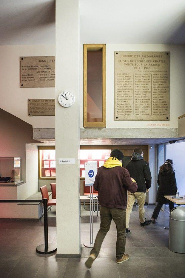 Dans le hall de l'Ecole nationale des chartes, rue de Richelieu, à Paris, face à la Bibliothèque nationale de France.