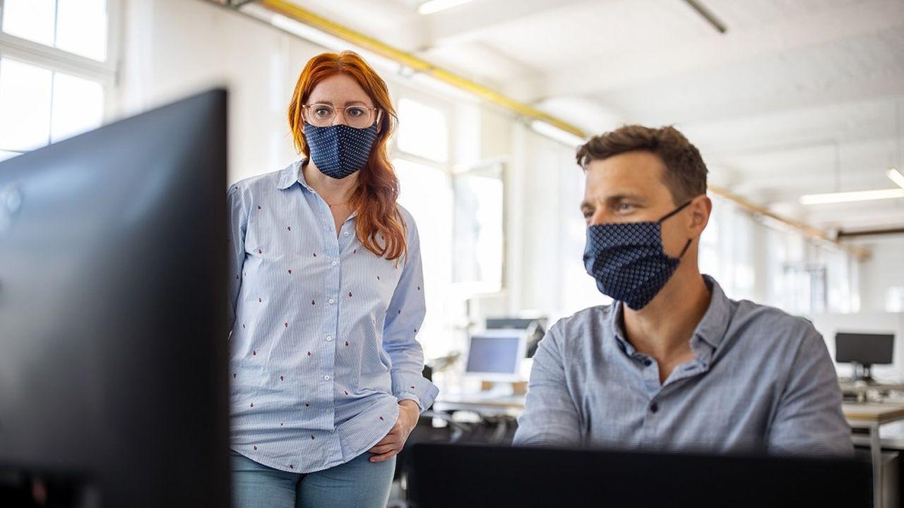 Adieu les masques artisanaux en tissu dits «de catégorie 2». Seuls les masques «grand public» garantissant une filtration d'au moins 90% pourront désormais être utilisés sur le lieu de travail.