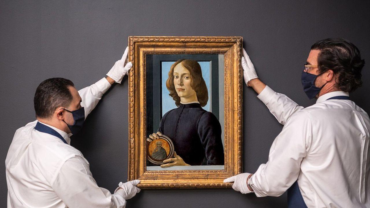 «Portrait d'un jeune homme au médaillon», deSandro Botticelli, a été vendu 92.184.000dollars, un record mondial pour l'artiste, le 28janvier 2021, à New York, lors d'une vente Old Master Paintings de Sotheby's.