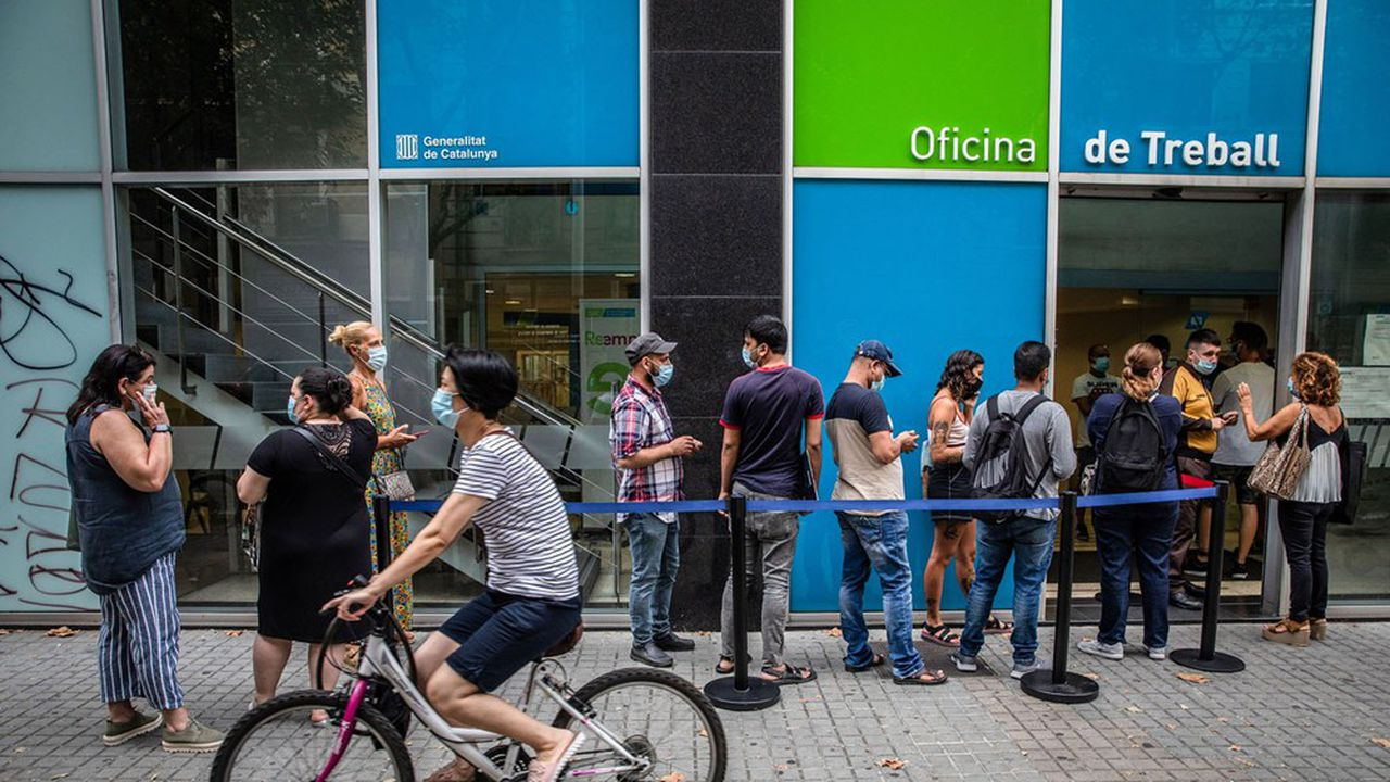 A Barcelone, de nombreux jeunes font la queue devant un Pôle emploi local.