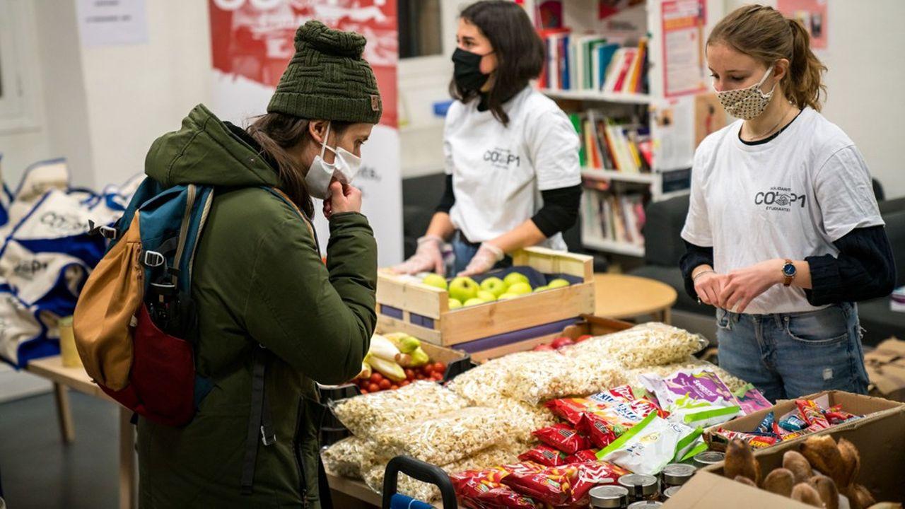 Distribution de colis alimentaires et hygiéniques par l'association Cop'1 Solidarité Etudiante. 500 paniers de 5 a 6kg par personne sont distribues par semaine. L'association oriente aussi les étudiants vers des structures d'aides psychologiques, d'orientation et financières. Paris le 22/01/2021.