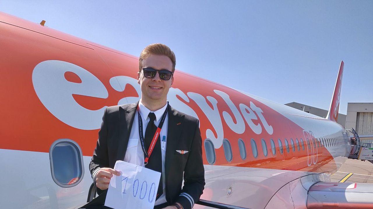 Après avoir travaillé durant cinq ans dans la finance, David Robert est devenu pilote de ligne. Il célèbre sur cette photo sa 1000e heure de vol.