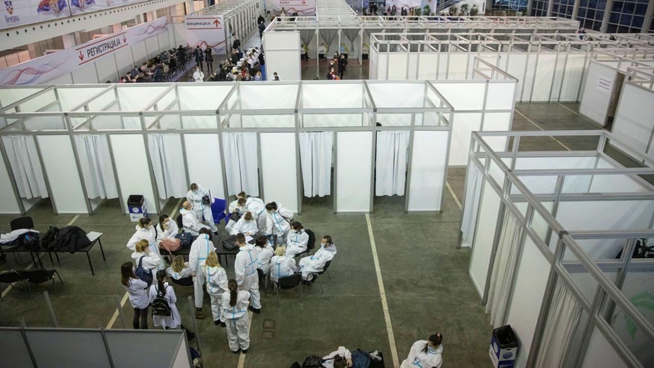 Les équipes paramédicales s'offrent une pause entre deux séances de vaccination dansle centre dédié, à Belgrade. Le pays a débuté sa campagne de vaccination massive le 19janvier.