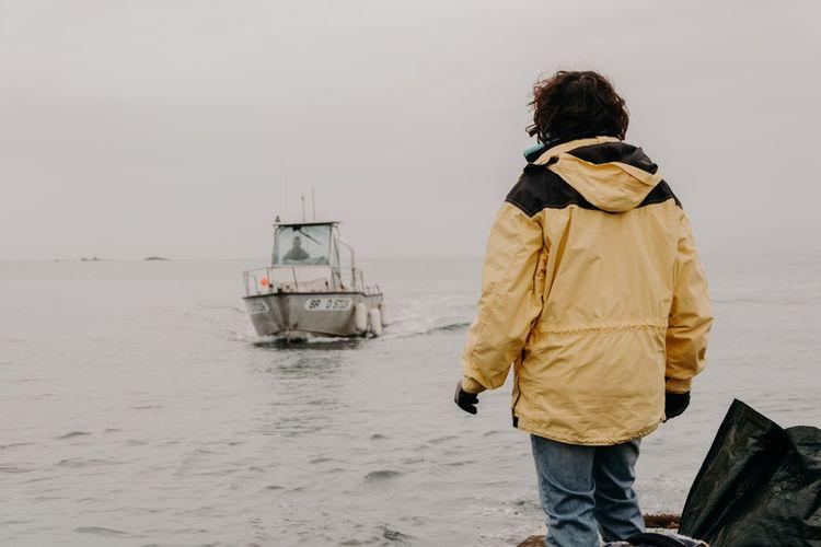 Le couple est tributaire de la météo et doit parfois rester des semaines sans bouger de l'île en raison de mauvaises conditions météorologiques.
