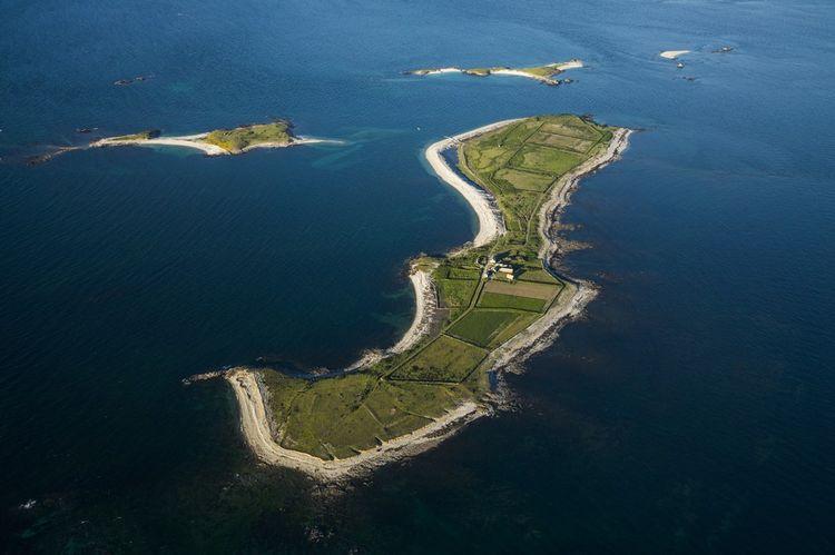 L'île de Quéménès se situe à 3,4km de la côte.