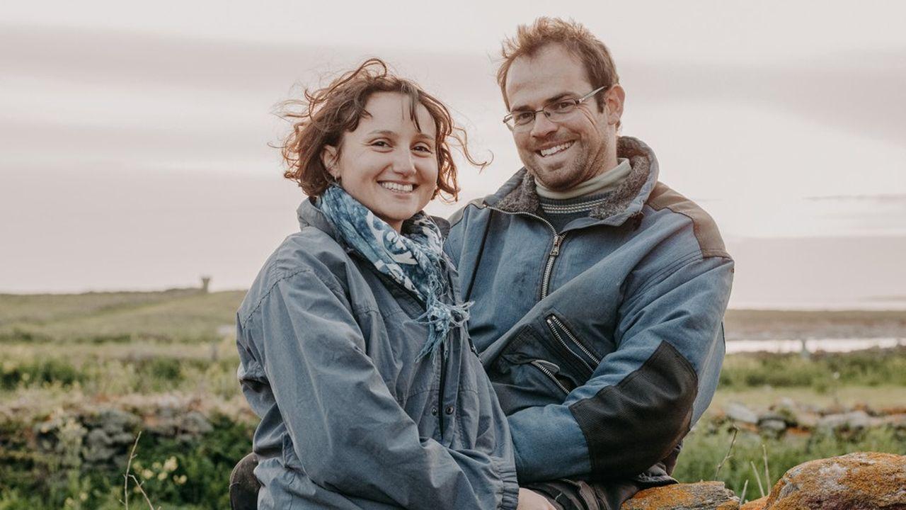 Amélie Goossens et Etienne Menguy habitent seuls sur l'île de Quéménès, située au large du Finistère, à vingt minutes en bateau du continent.