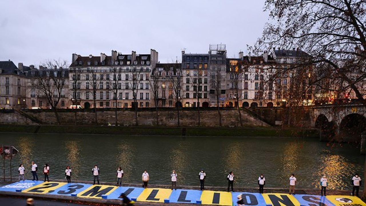 Des membres du collectif «L'Affaire du siècle» , près du Pont Marie, à Paris, le 14janvier dernier, avant une audience dans le procès contre l'Etat français pour inaction climatique.
