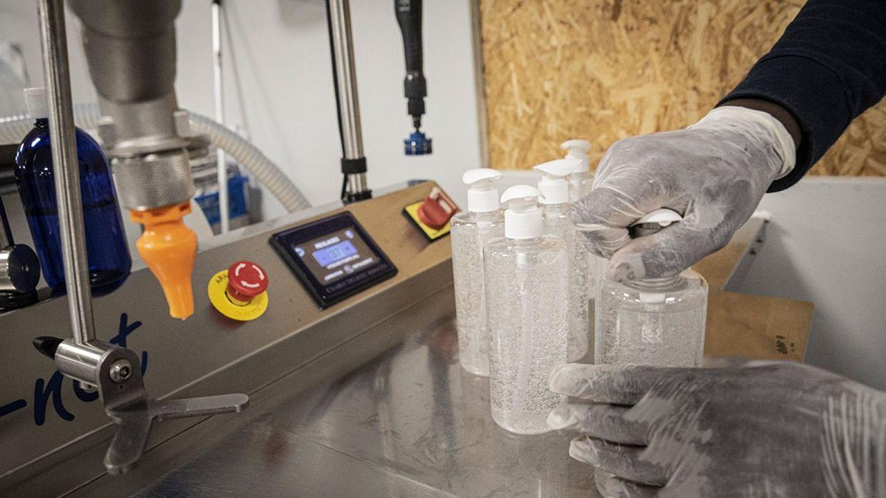 Atelier de production de gel hydroalcoolique de l'entreprise Lips.